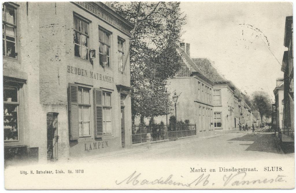Dinsdagstraat omstreeks 1900. (Prentbriefkaart collectie H. Hendrikse)