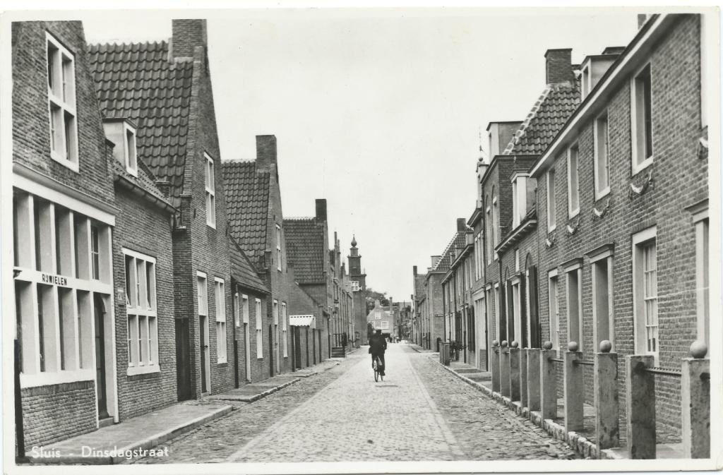 Dinsdagstraat circa 1948. (Prentbriefkaart collectie H. Hendrikse)