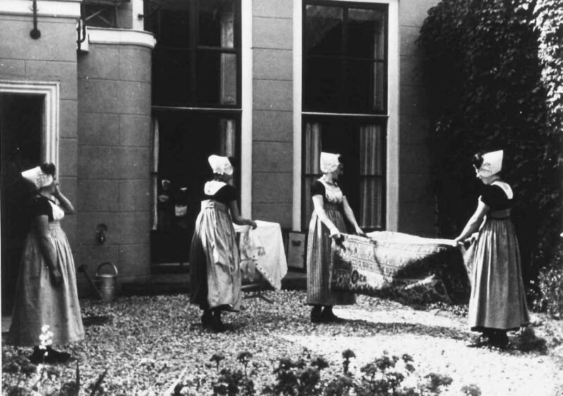 Vloerkleden kloppen op Walcheren omstreeks 1935. (ZB, Beeldbank Zeeland)