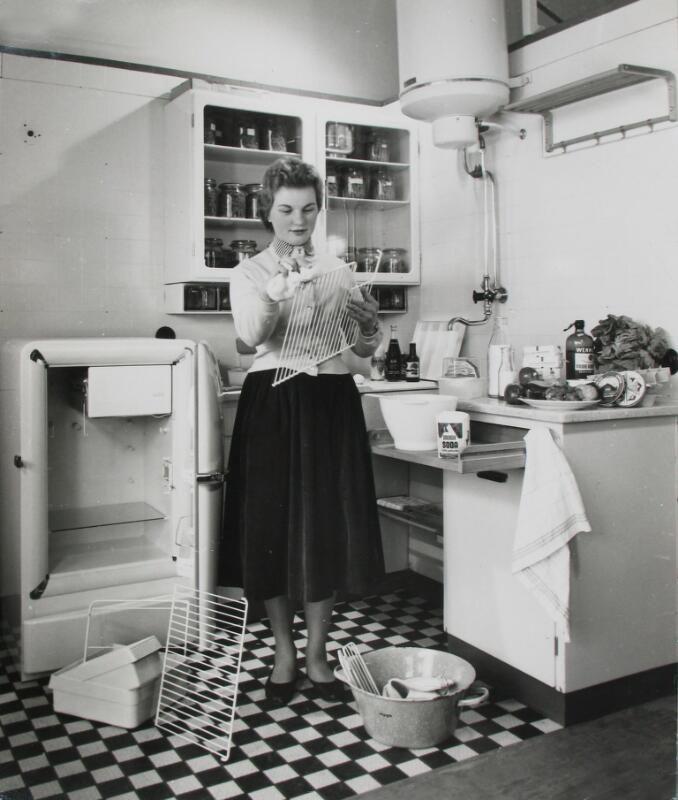 Instructie voor het schoonmaken van de koelkast, circa 1956. (ZB, Beeldbank Zeeland, collectie PZEM)