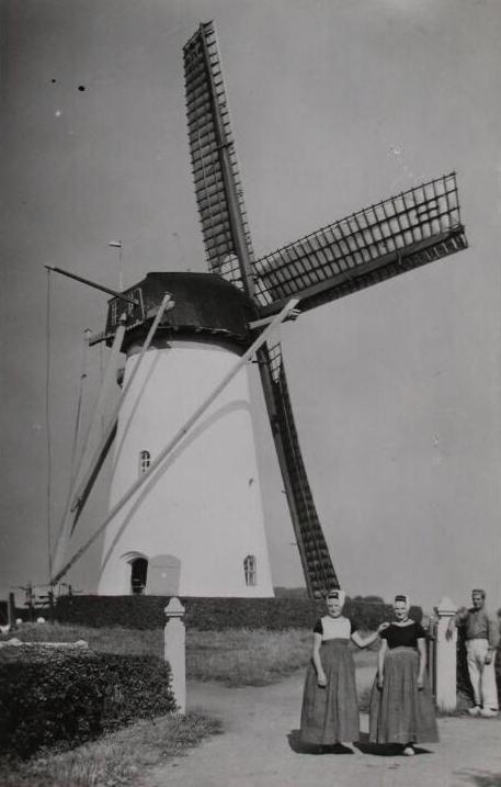 Molen in Biggekerke in rouwstand. De vrouw rechts is in rouwdracht. Foto omstreeks 1940. (ZB, Beeldbank Zeeland.)