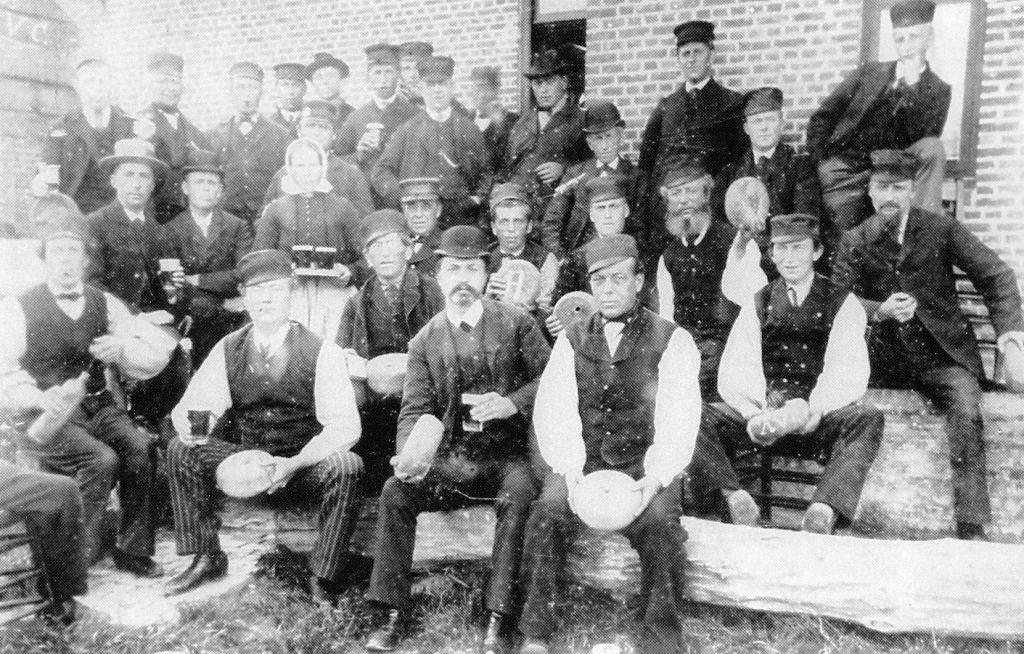 Krulbollers op de bolbaan in Zuidzande in 1895. (Foto uitgeverij De Zilverdistel)