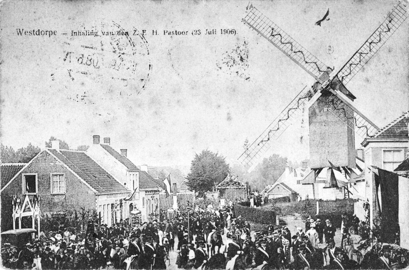 Westdorpe met voormalige korenmolen; fotokaart uit 1906. Ook in dit dorp gingen verhalen over de hellewagen rond.