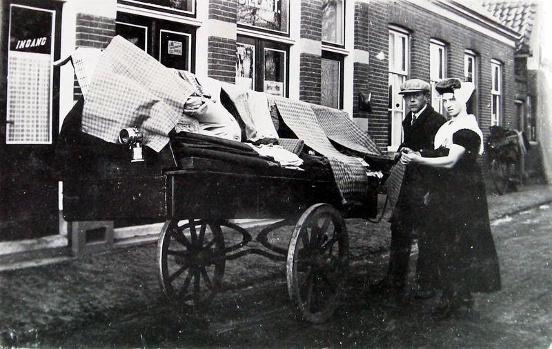 Adriaan Schuiling bij zijn handkar met stoffen in Koudekerke omstreeks 1934. (ZB, Beeldbank Zeeland)