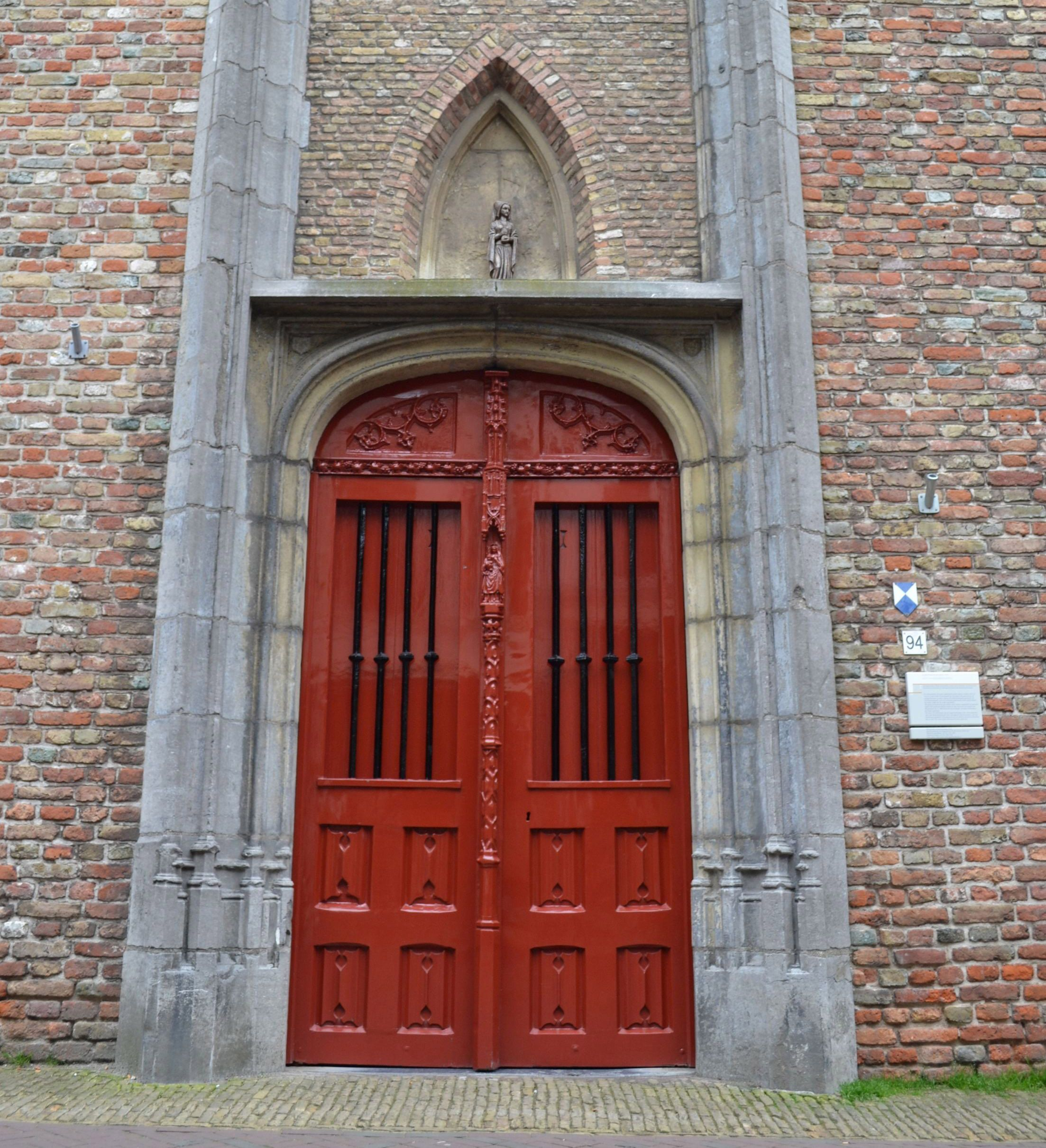Deurpartij van de huidige Gasthuiskerk (Foto H.M.D. Dekker).