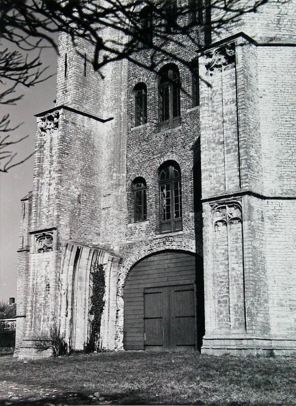 Torendeur. De ramen verwijzen naar de diverse aangebrachte vloeren. Situatie omstreeks 1968. (ZB, Beeldbank Zeeland, foto A. van Wyngen)