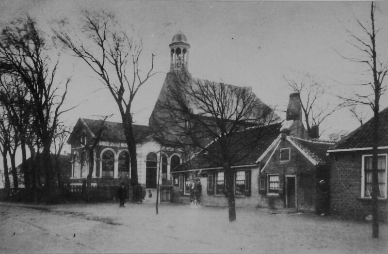 De hervormde kerk in Elkerzee omstreeks 1910. In de toren hangt de Mariaklok uit het klooster. (ZB, Beeldbank Zeeland)
