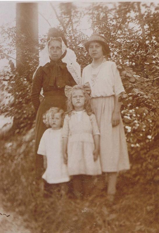 De vrouw links draagt op haar muts het modieuze 'kipje'. Foto omstreeks 1930. (ZB, Beeldbank Zeeland)