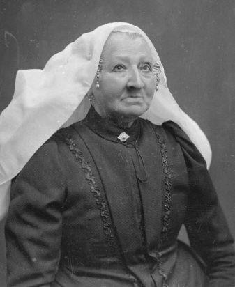 Adriana Lemson uit Dreischor draagt de karakteristieke witte muts. Foto circa 1912. (Beeldbank Gemeentearchief Schouwen-Duiveland)