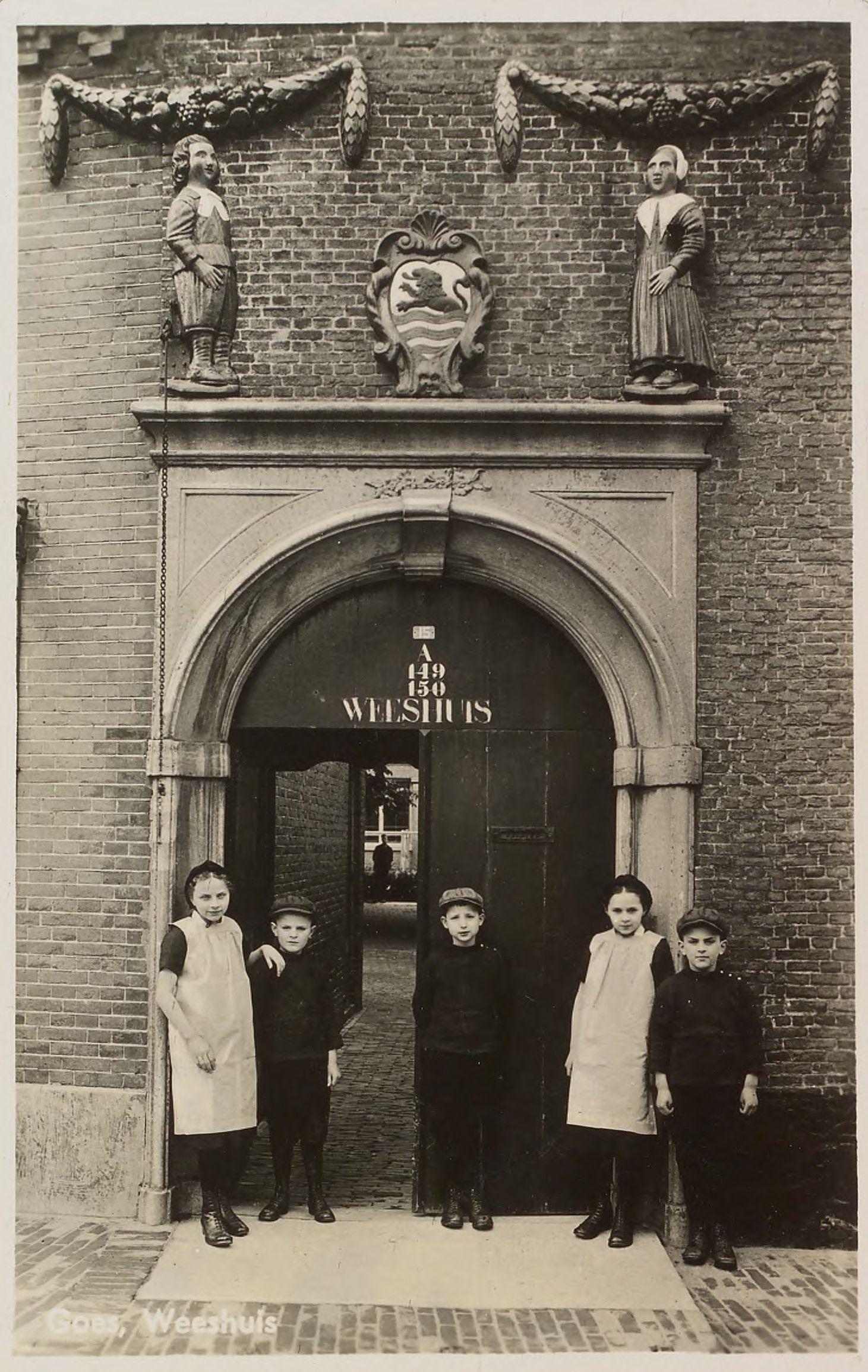 De poort van het weeshuis aan de Singelstraat in Goes. (Zeeuws Archief)