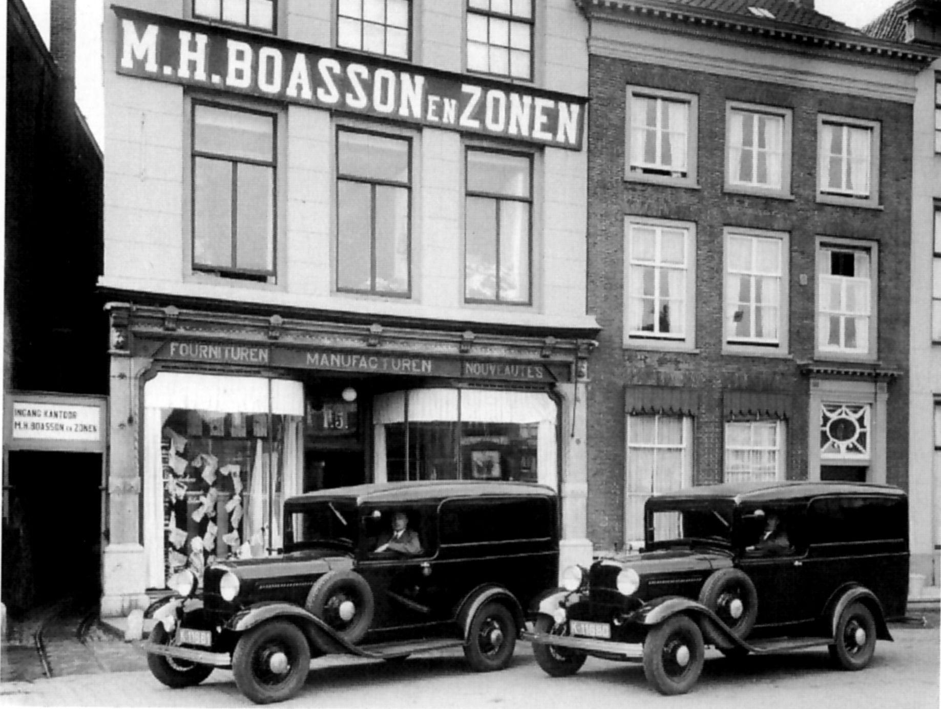 M.H. Boasson en Zonen aan de oostzijde van de Markt in Middelburg. In de voorste bestelauto zit Marc Herman Boasson.