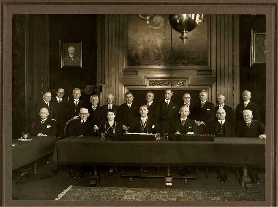 De Middelburgse gemeenteraad, bij de installatie van burgemeester Van Walre de Bordes, 2 juni 1939. Tweede van rechts Boasson (coll. HTAM-B-0389).