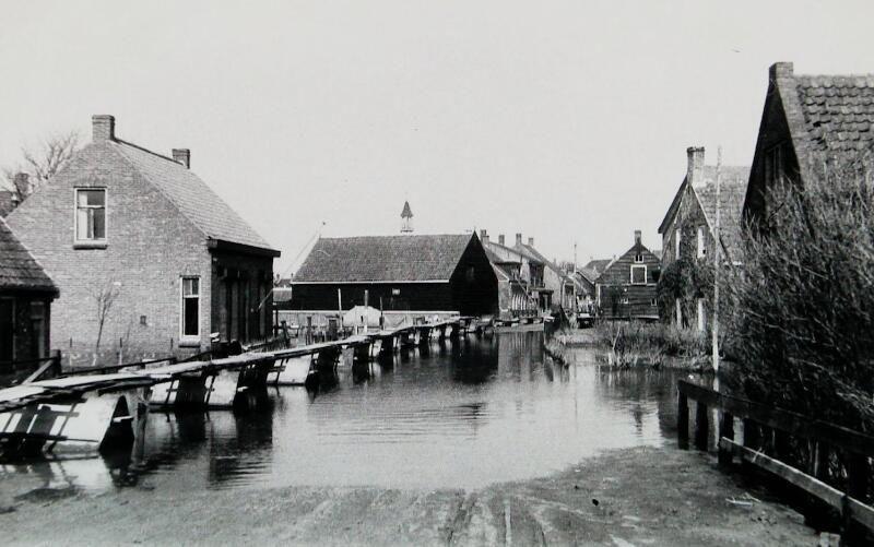 Waterstand in Koudekerke tijdens de inundatie. (ZB, Beeldbank Zeeland)
