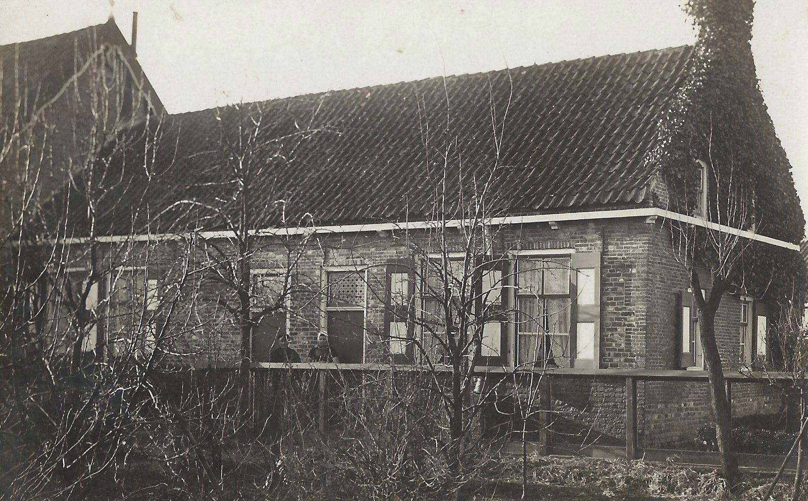 Het woonhuis bij de boerderij van de familie Verhage. (Collectie G. de Hamer)