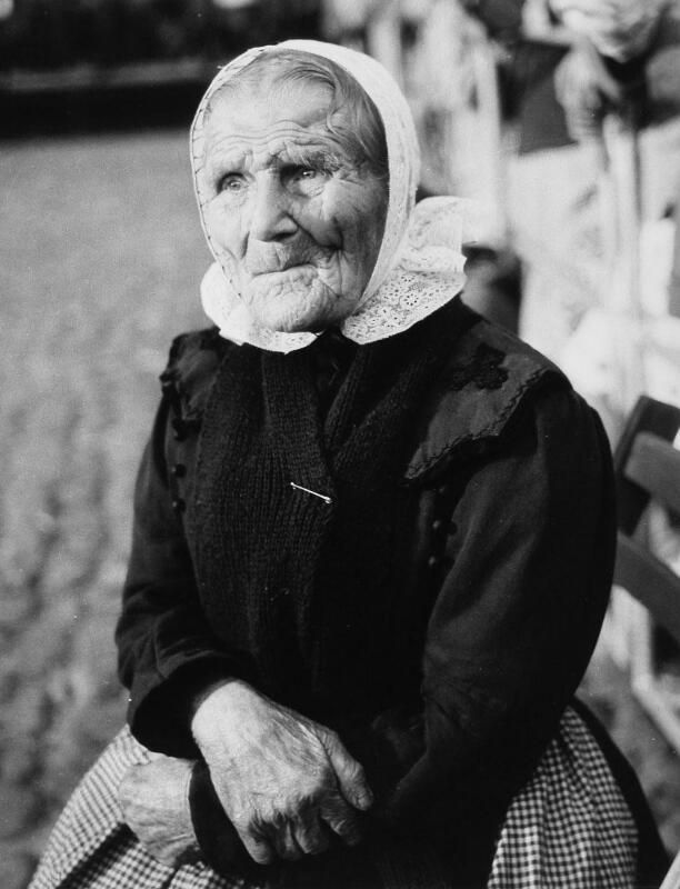 Vrouw uit de omgeving van Biervliet, omstreeks 1960. (ZB, Beeldbank Zeeland, foto O. de Milliano)
