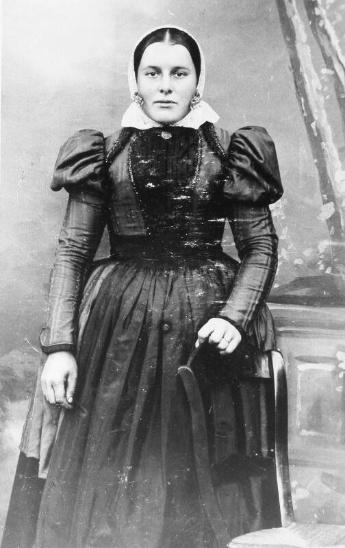 Vrouw in Cadzandse dracht omstreeks 1920. (ZB, Beeldbank Zeeland, foto A. van Overbeeke)