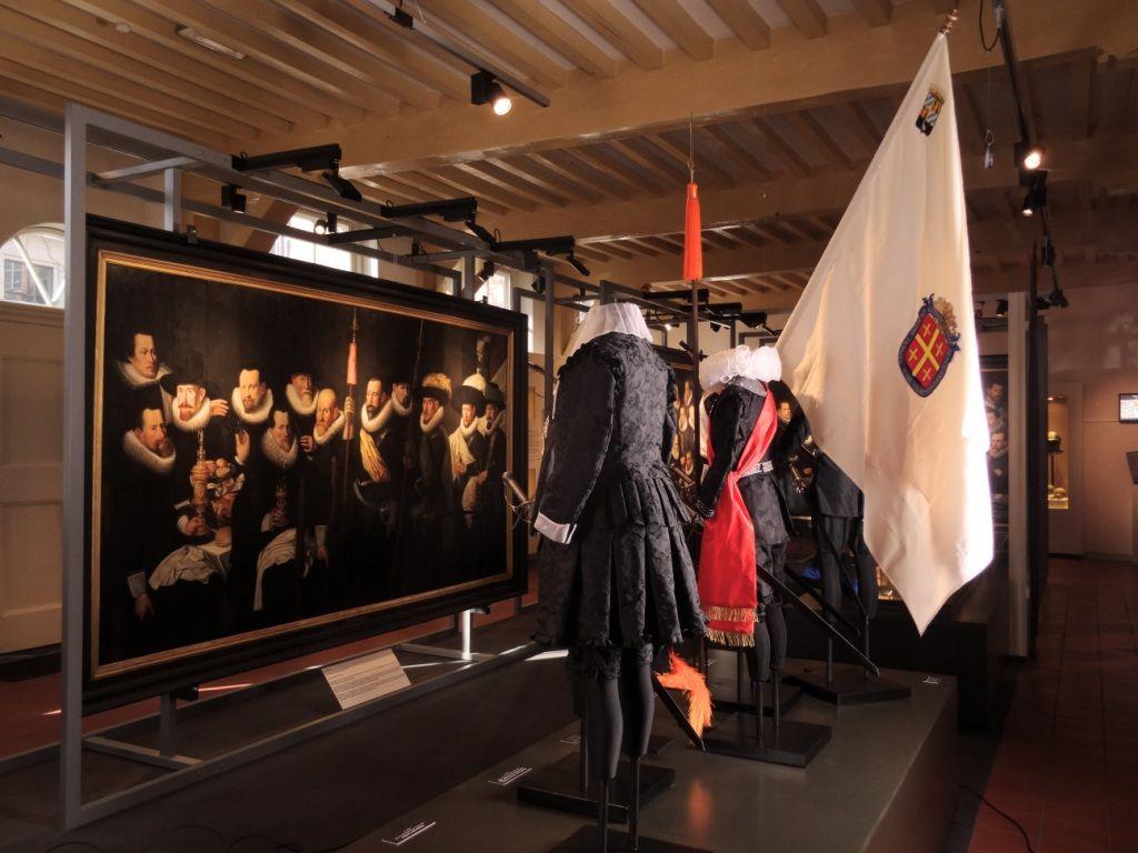 Schuttersstukken Eversdijck en replicakostuums in Historisch Museum De Bevelanden, Goes.