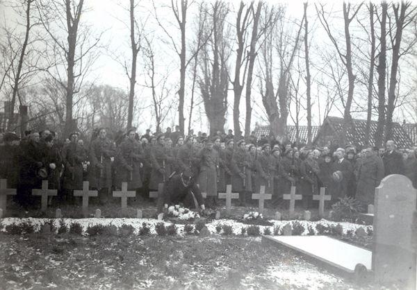 Herdenking bij de graven op 10 december 1945, één jaar na dato (foto Zeeuws Archief, Zierikzee).