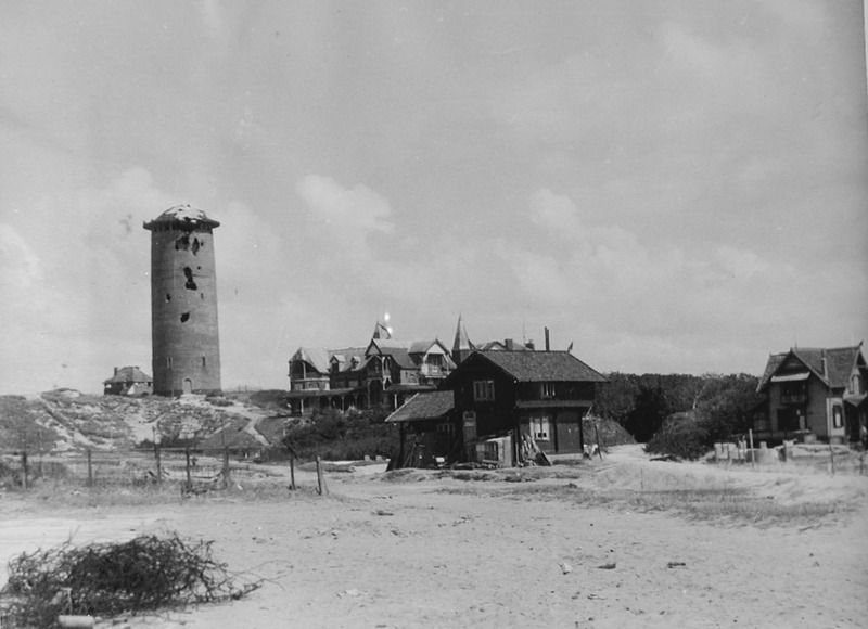 De beschadigde watertoren op een foto uit 1945. (ZB, fotocollectie PZEM)
