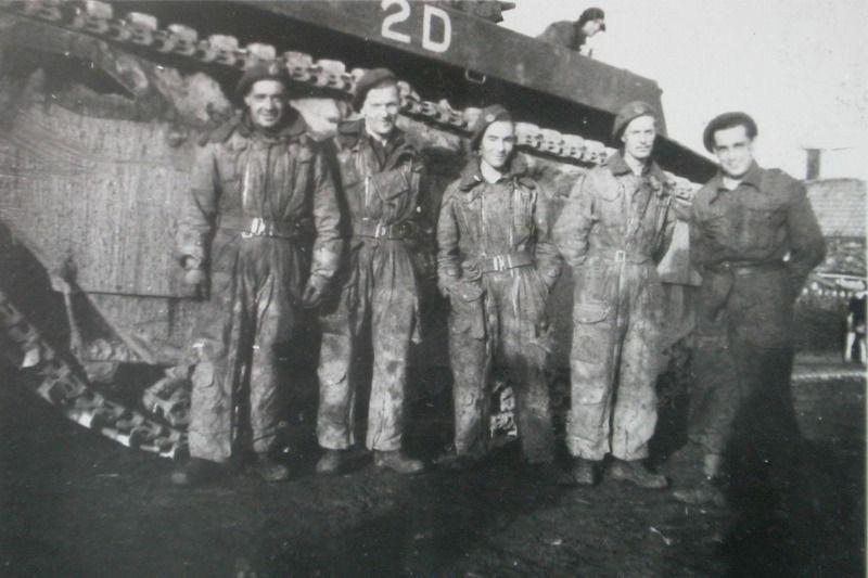 Britse soldaten bij een Buffalo op 5 november 1944. (ZB, foto Ph.W. Dawson)