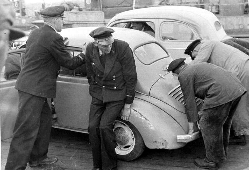 Het opduwen van een auto omstreeks 1950; tweede van links C. De Keijzer (Beeldbank Zeeland).