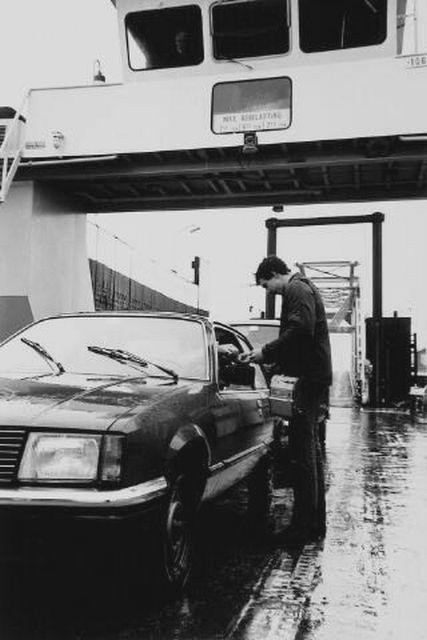 Kaartverkoop op de boot in 1981. Foto W. Helm (Beeldbank Zeeland).