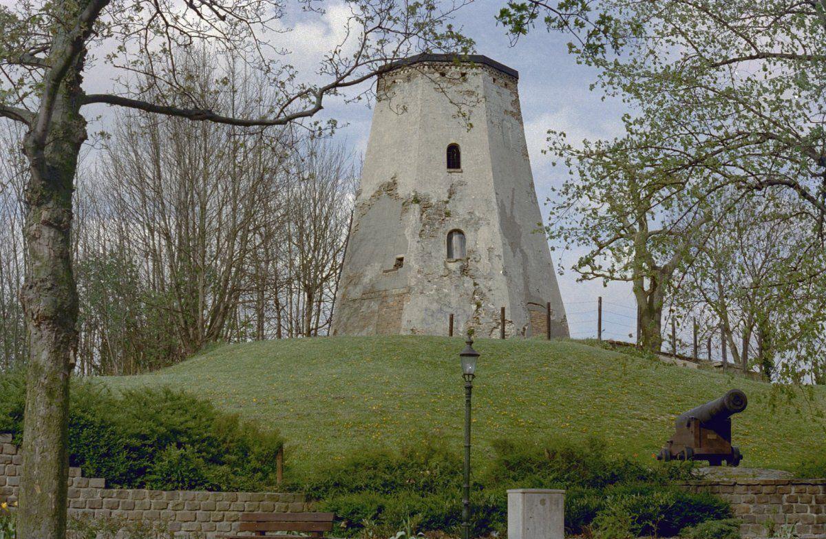 Overgebleven romp van de molen van Verschaffel op het bolwerk in Sas van Gent. (Beeldbank Rijksdienst voor het Cultureel Erfgoed, foto K.G. Rouwenhorst)