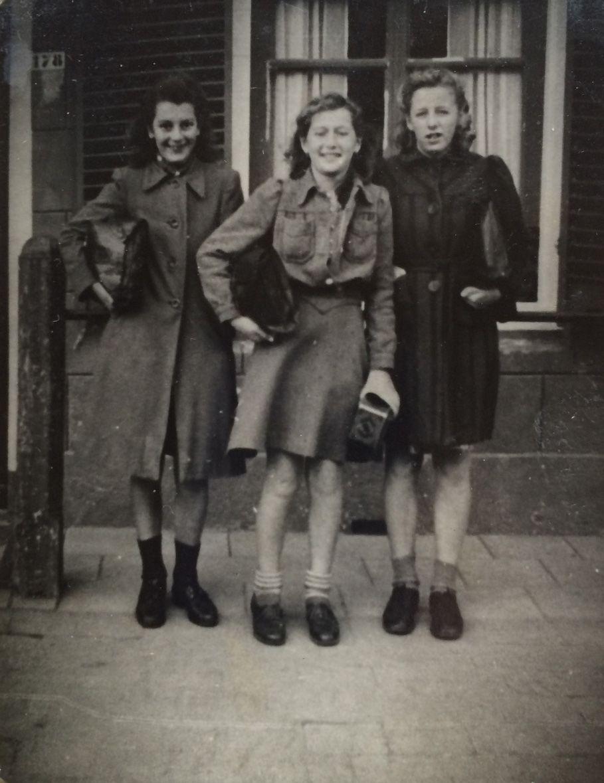 Moeder Mien Kramer (rechts) met twee schoolvriendinnen in oorlogsjassen en met oorlogssokken.