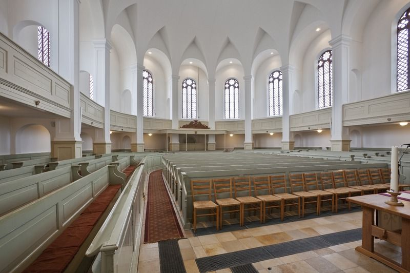 Interieur met banken zoals die tot 2016 in de kerk stonden. (Beeldbank Rijksdienst voor het Cultureel Erfgoed, foto P. van Galen)