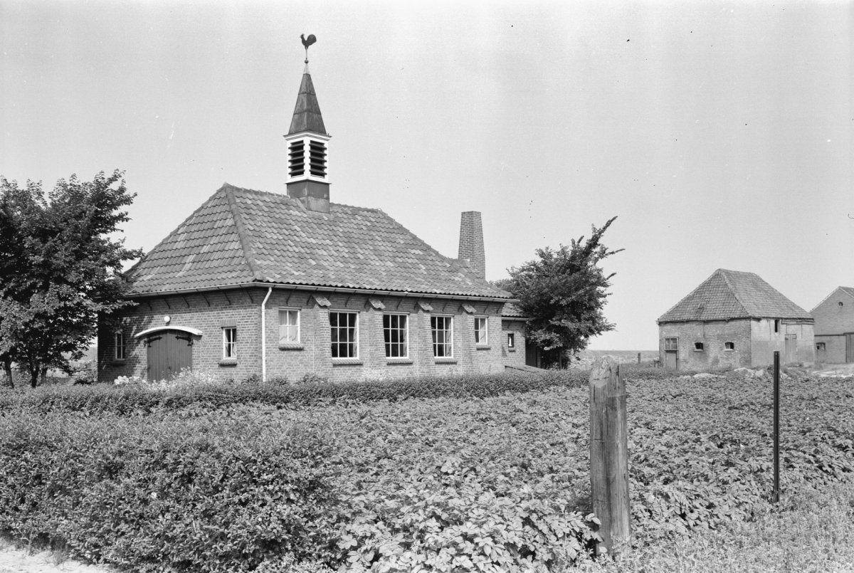 Kerkje van de Vrije Evangelische gemeente aan de Lillostraat in Bath, augustus 1964. (Beeldbank RCE, foto Gerard Dukker)