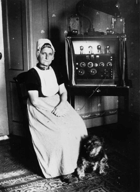 De eerste radio's waren grote apparaten. Walcherse vrouw voor een radio-ontvanginrichting van Van der Meer, omstreeks 1925. (ZB, Beeldbank Zeeland)