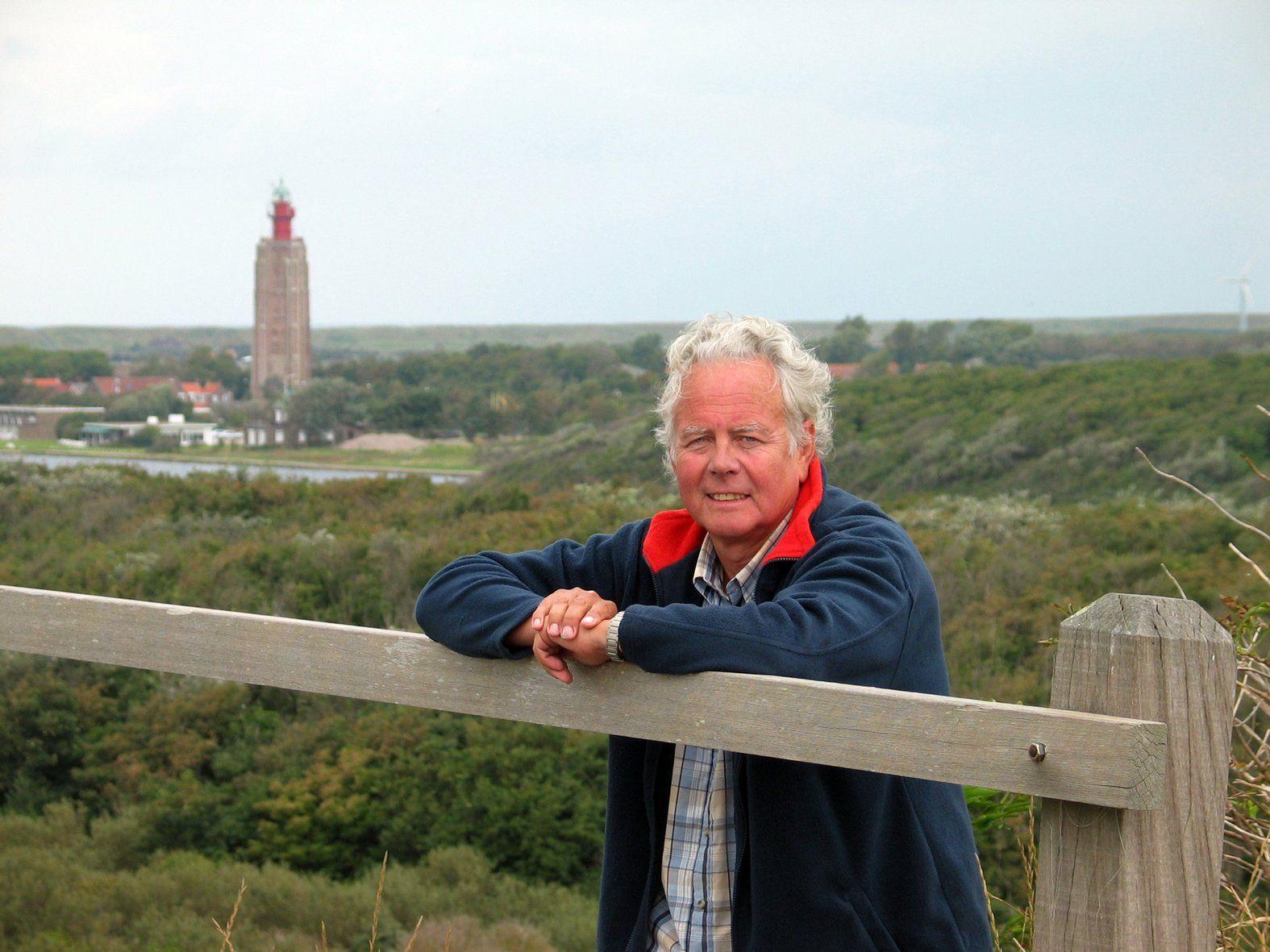 Rob Ruggenberg met de Westkappelse toren op de achtergrond.