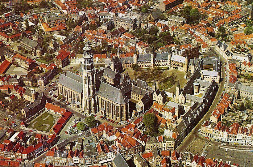 Luchtfoto van Middelburg omstreeks 1970. (Beeldbank Zeeuws Archief)