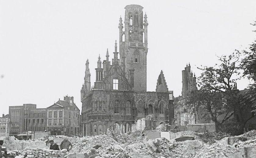 Puinhopen na de grote stadsbrand in mei 1940. (Beeldbank Zeeuws Archief)