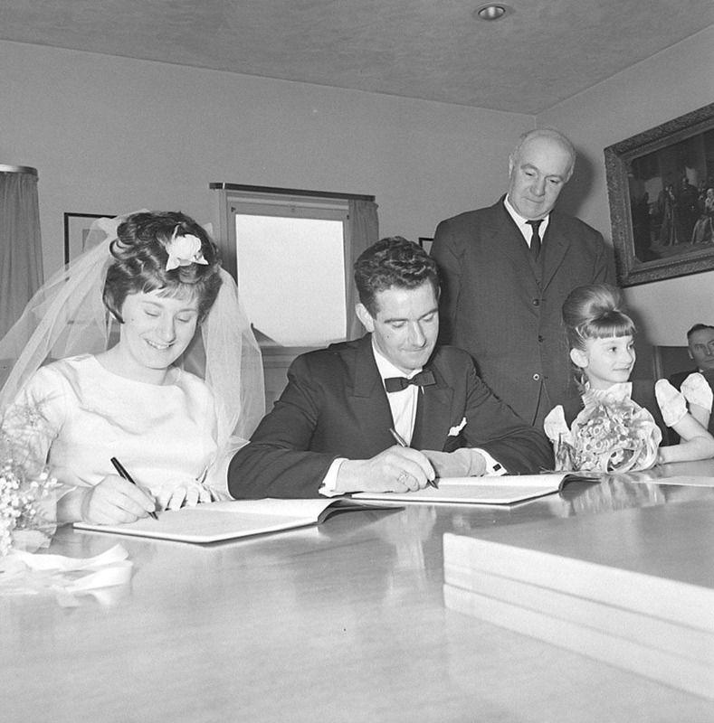 Huwelijksvoltrekking in Oostburg 1966. (ZB, Beeldbank Zeeland, foto O. de Milliano)