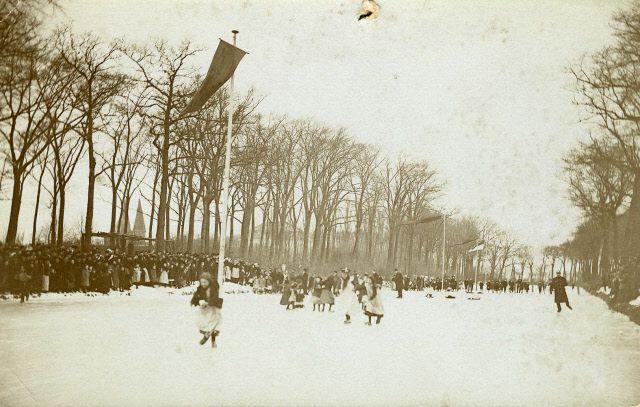 Schaats- en klomploopwedstrijden in Zierikzee, 1914. (Beeldbank Gemeentearchief Schouwen-Duiveland)