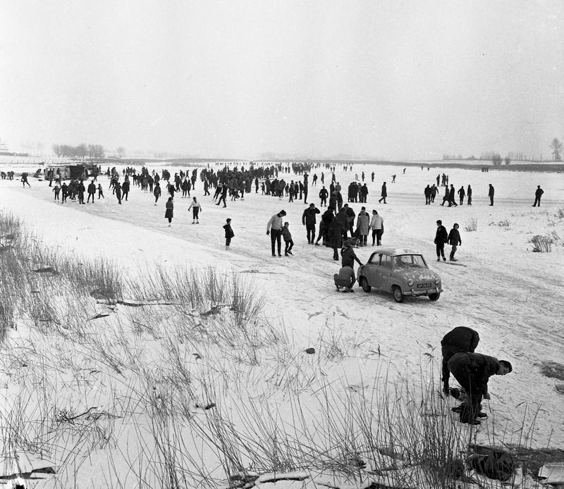Zeeuws kampioenschap schaatsen op natuurijs in 1966. De wedstrijd vond plaats op het Grote Gat bij Oostburg. (ZB, Beeldbank Zeeland, fotoarchief PZC)