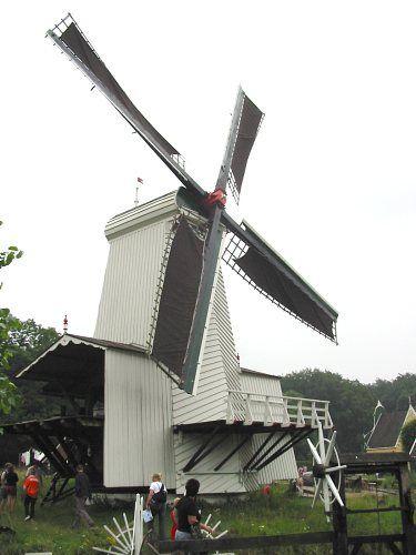 Een van de vijf overgebleven paltrokmolens in Nederland; deze staat in het Nederlands Openluchtmuseum Arnhem (Wikipedia, foto Hans de Kroon).