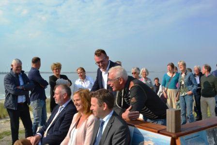 Caroline Kallewaard, Peter van Maurik, Mark van Maurik (Camping Anna Friso), gedeputeerde Jo-annes de Bat en wethouder Piet de Putter (Noord-Beveland) namen na de opening plaats op de bank.
