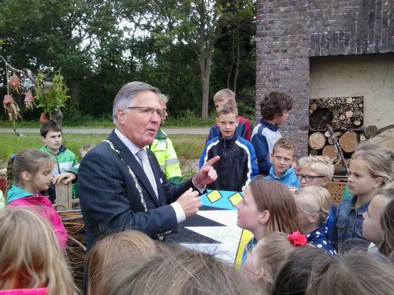 Opening Natuurtoren van de Baron door burgemeester G.C.G.M. Rabelink.