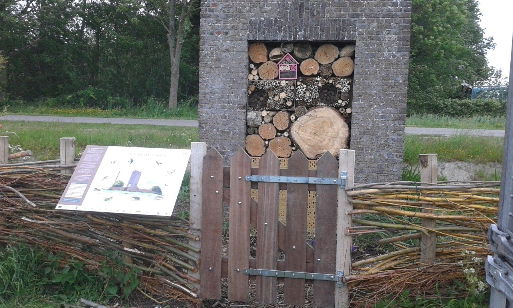 Natuurtoren Oosterland met infobord en insectenvoorziening.