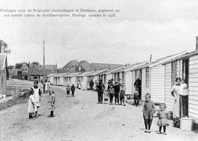 De Belgische vluchtelingen in Zierikzee woonden onder meer in houten huisjes op een terrein buiten de Zuidhavenpoort. (Beeldbank Gemeentearchief Schouwen-Duiveland)