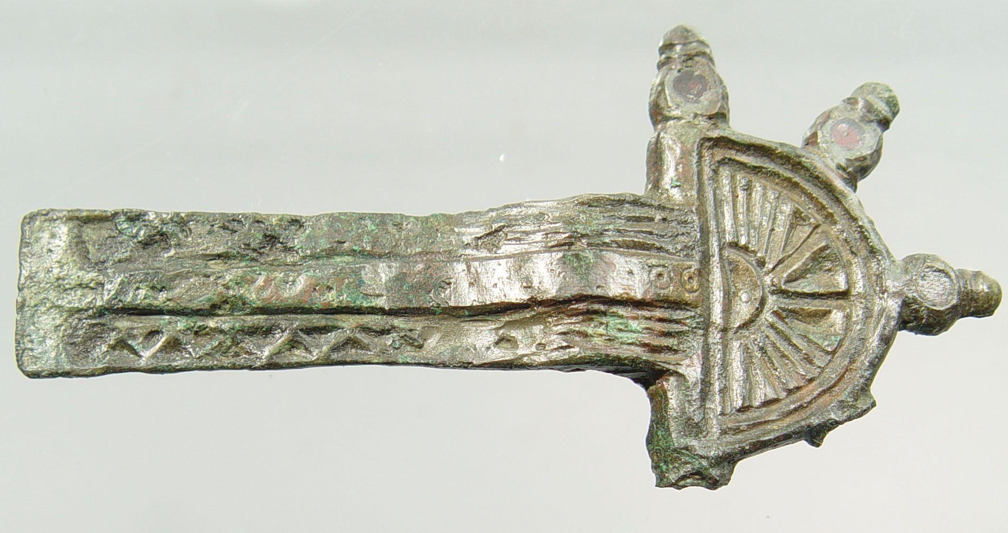 Merovingische beugelfibula met almandienen (500-550 na Chr.) uit Aardenburg.