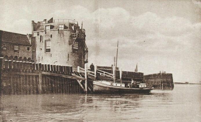 De Campveerse Toren met de aanlegplaats voor het veer in Veere. Prentbriefkaart circa 1925. (ZB, Beeldbank Zeeland)