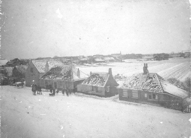 Op 7 januari 1918 ontplofte bij Scharendijke een Engelse zeemijn nadat hij bij het Baken tegen de zeedijk was aangespoeld. Twee woningen en twee schuren werden zwaar beschadigd. In de school in het dorp waren zoveel ruiten gesprongen, dat de kinderen vrijaf kregen. Ook de buitenzijde van de dijk raakte over ongeveer 90 meter beschadigd. (Beeldbank Gemeentearchief Schouwen-Duiveland)