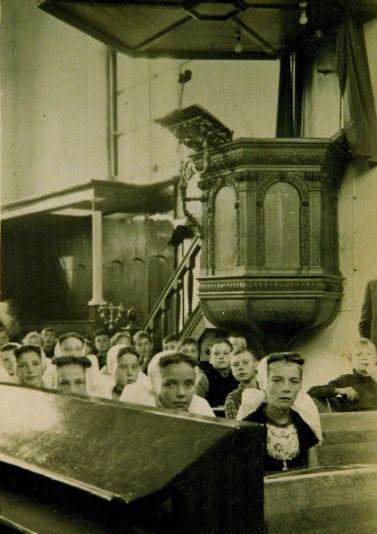 De preekstoel van de Schotse kerk van Veere bevond zich tussen 1837 en 1944 in de hervormde kerk van Westkapelle. Foto uit 1943. (Beeldbank Zeeuws Archief)