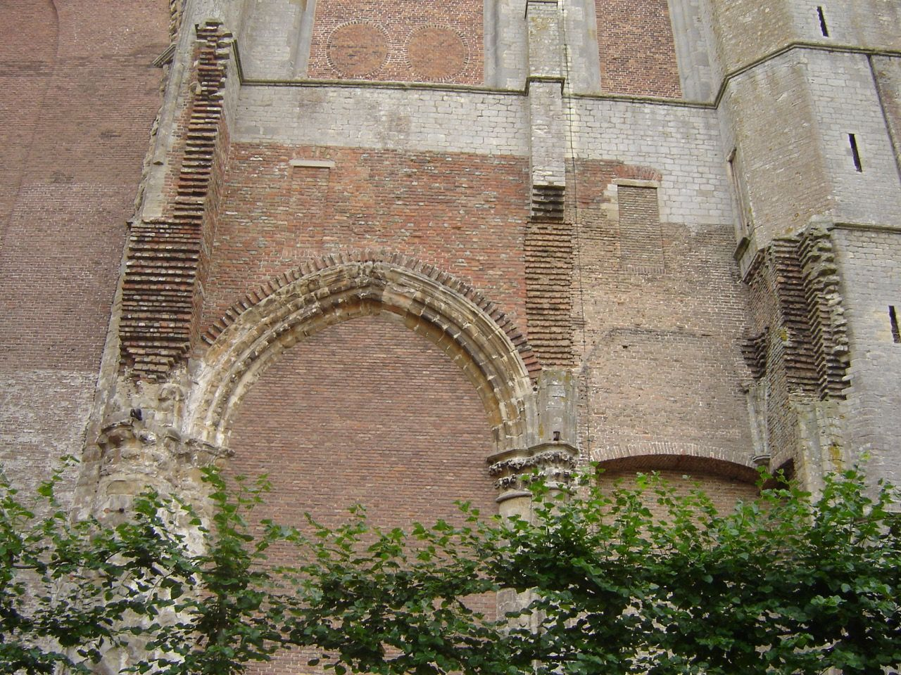 In het muurwerk van de oostgevel is nog de plaats aan te wijzen van de noordbeuk, de Schotse kerk, die in 1837 werd afgebroken. (Foto Tiny Polderman)