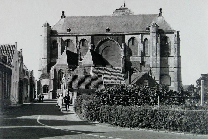 De Grote en Kleine Kerk in augustus 1963; goed te zien zijn de twee overgebleven beuken. (ZB, Beeldbank Zeeland, foto J. Bitter)
