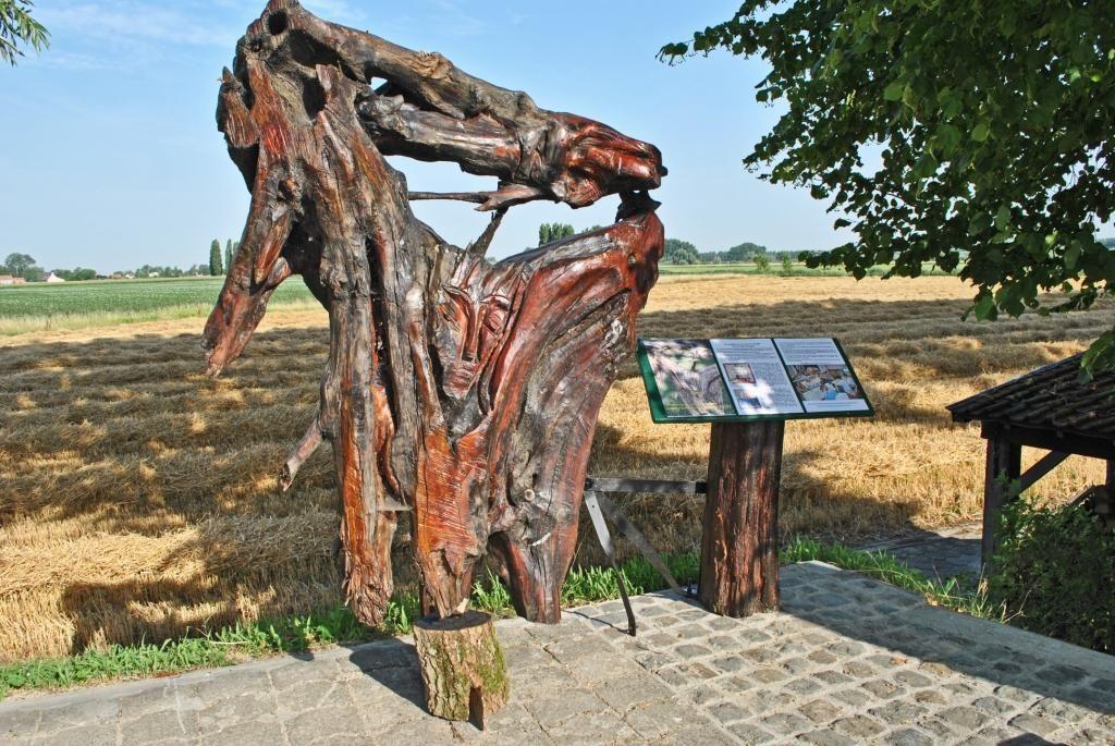 Houtsculptuur Floris en Blancefloer door Omer Gielliet bij Assenede. (Foto erfgoedvereniging vzw Hallekin)