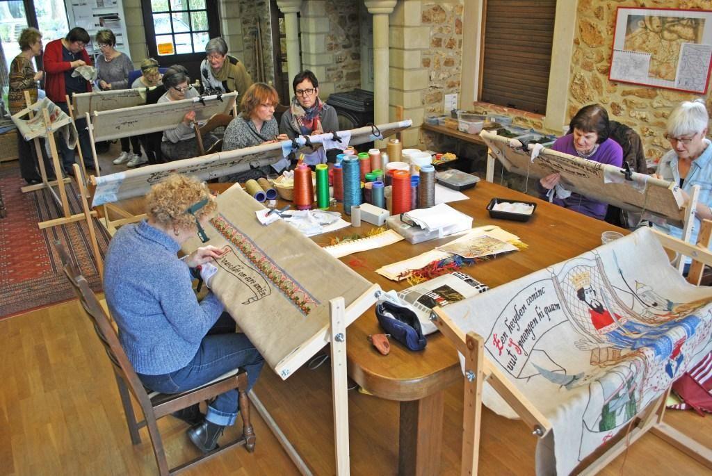 Borduursters werken in Assenede aan groot wandtapijt rond Floris en Blancefloer. (Foto erfgoedvereniging vzw Hallekin)